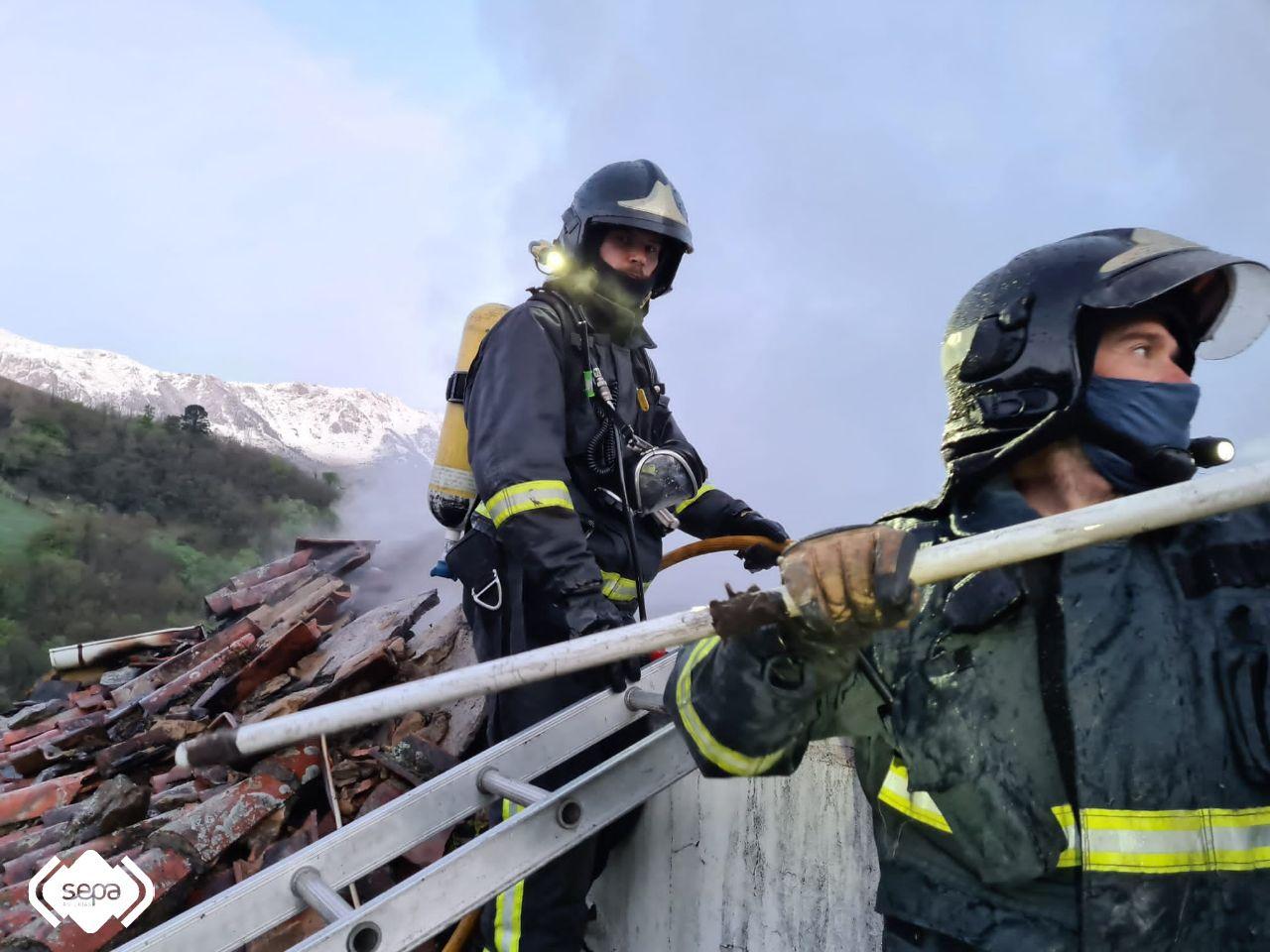 Un incendio calcina  por completo una casa de dos plantas en Riosa