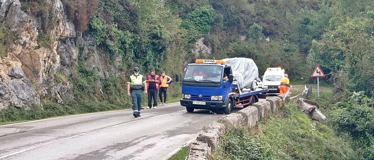 Una grúa retira el Seat Marbella siniestrado durante el Rally de Llanes. | A. I.