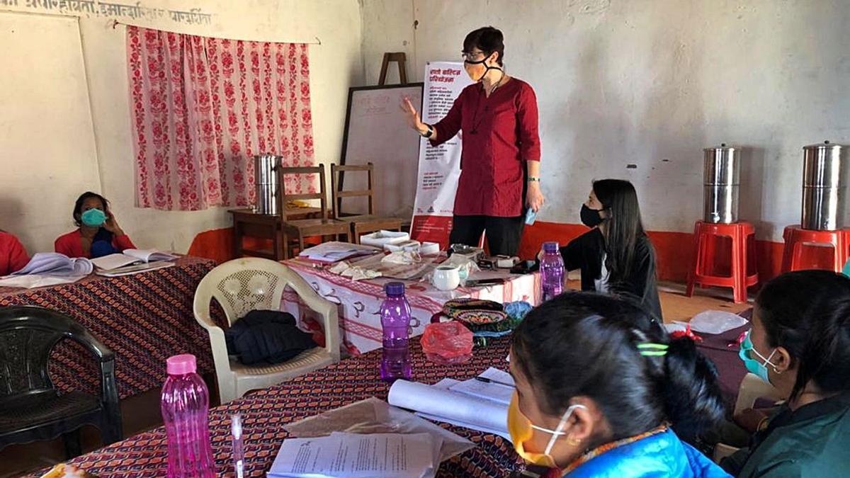 La cooperant Clara García imparteix tallers de sensibilització a les zones rurals del Nepal
