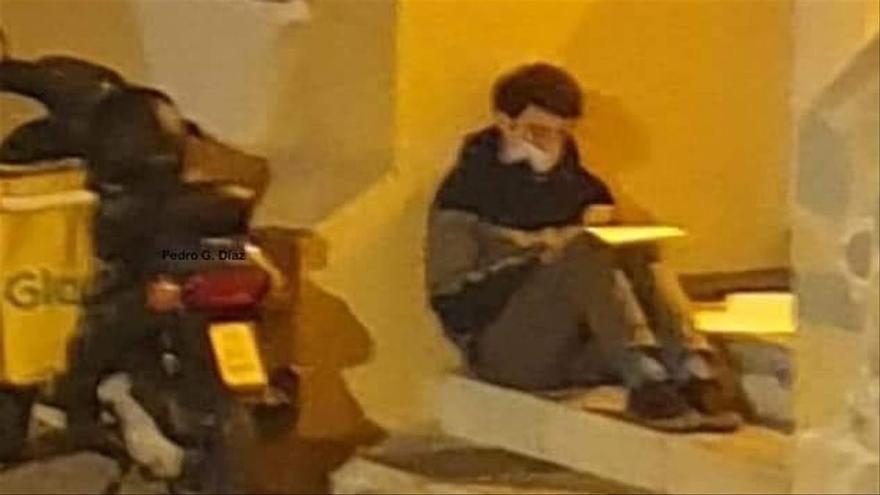 Un 'rider' de 24 años estudia bajo la luz de una farola en Málaga