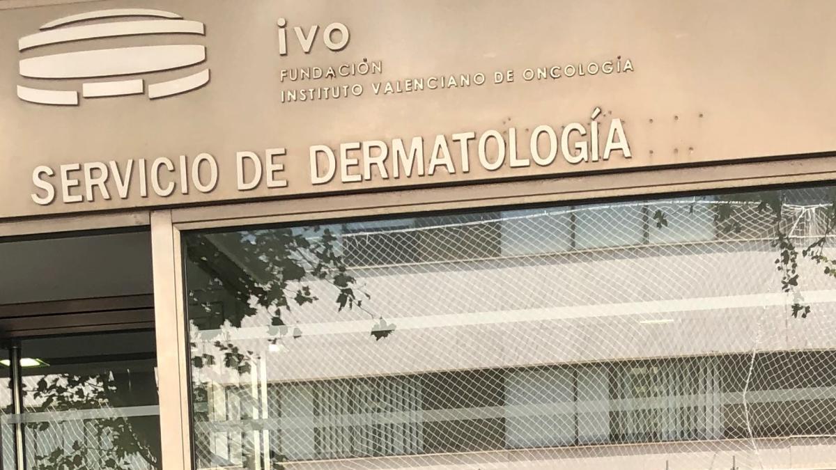Los doctores Onofre Sanmartín Jímenez y Eduardo Nagore Enguídanos, jefes clínicos del servicio de dermatología del IVO.