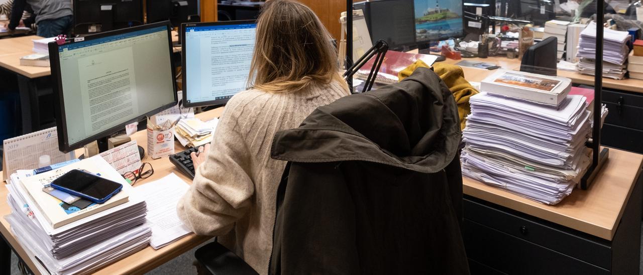 Una empleada pública en la Xunta.