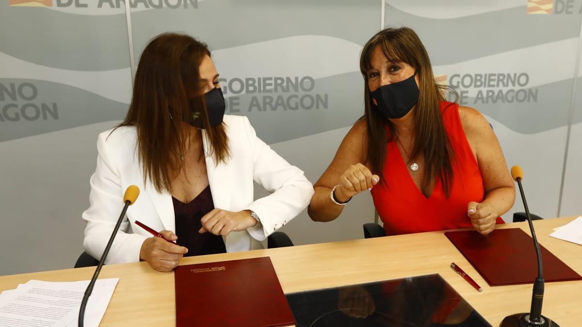 Raquel García Fuentes y Sira Repollés, este martes, en la firma del convenio