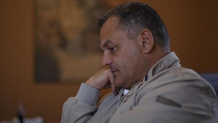 El alcalde de La Laguna destituye a Zebenzuí González