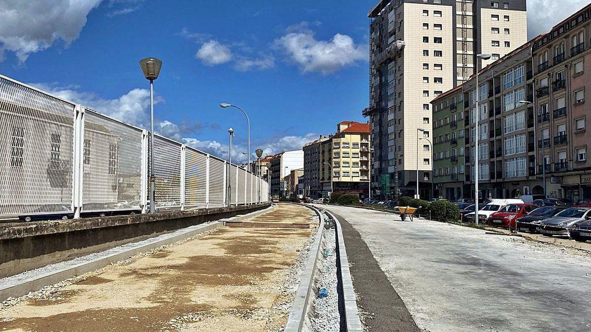 En un tramo de la Avenida de Ourense ya se puede apreciar el futuro carril bici de Marín.