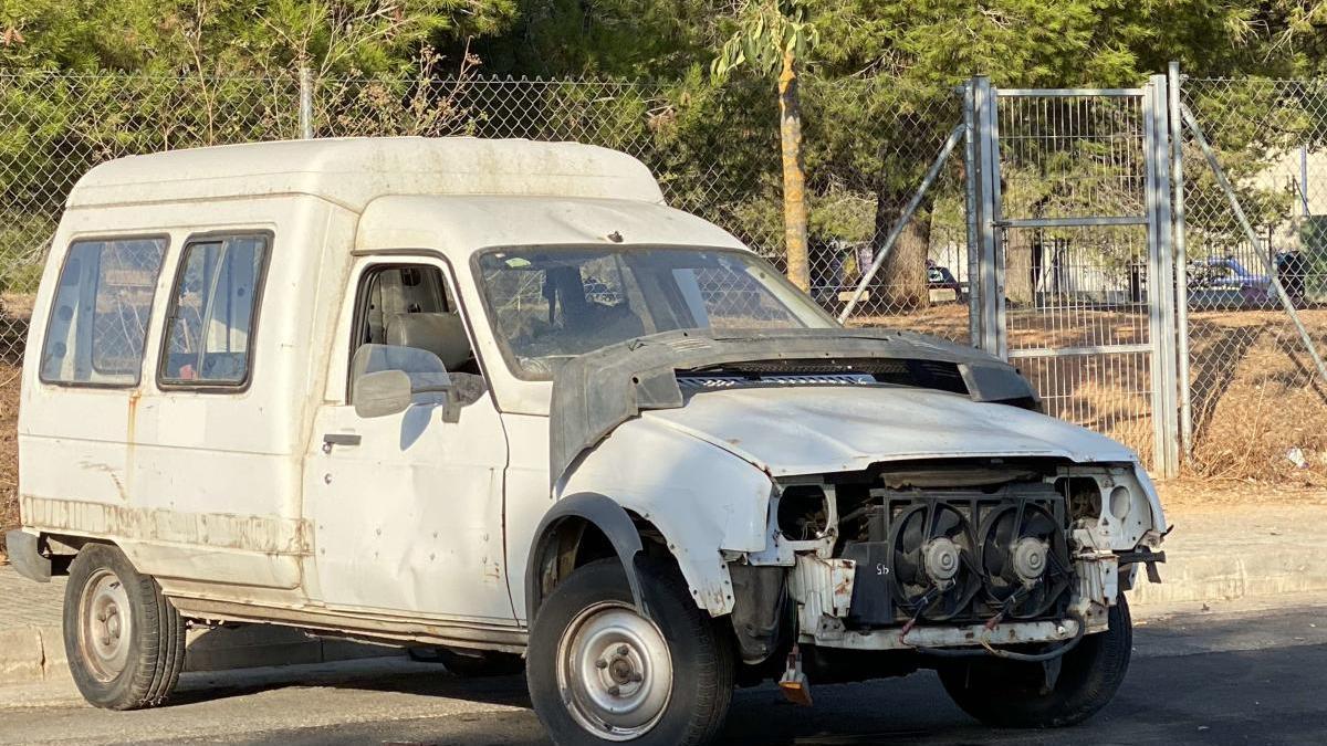 Uno de los vehículos abandonados en Can Valero.