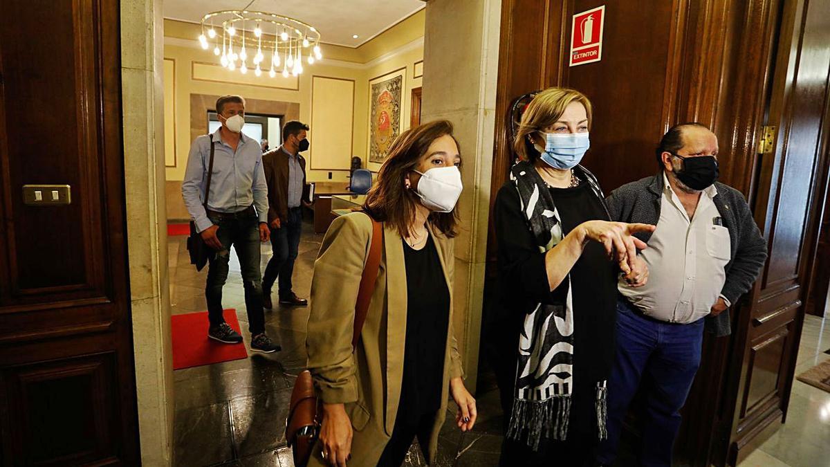Inés Rey y Mariví Monteserín, a la entrada de la reunión de ayer; detrás, De la Uz y Corbacho . |   // MARA VILLAMUZA