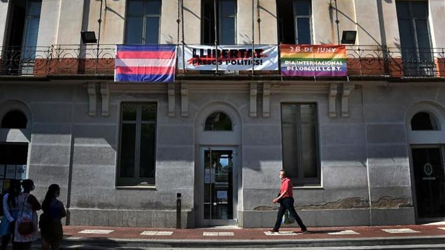 Navarcles desafia el Suprem i penja la bandera LGTBIQ+ a la façana de l'ajuntament