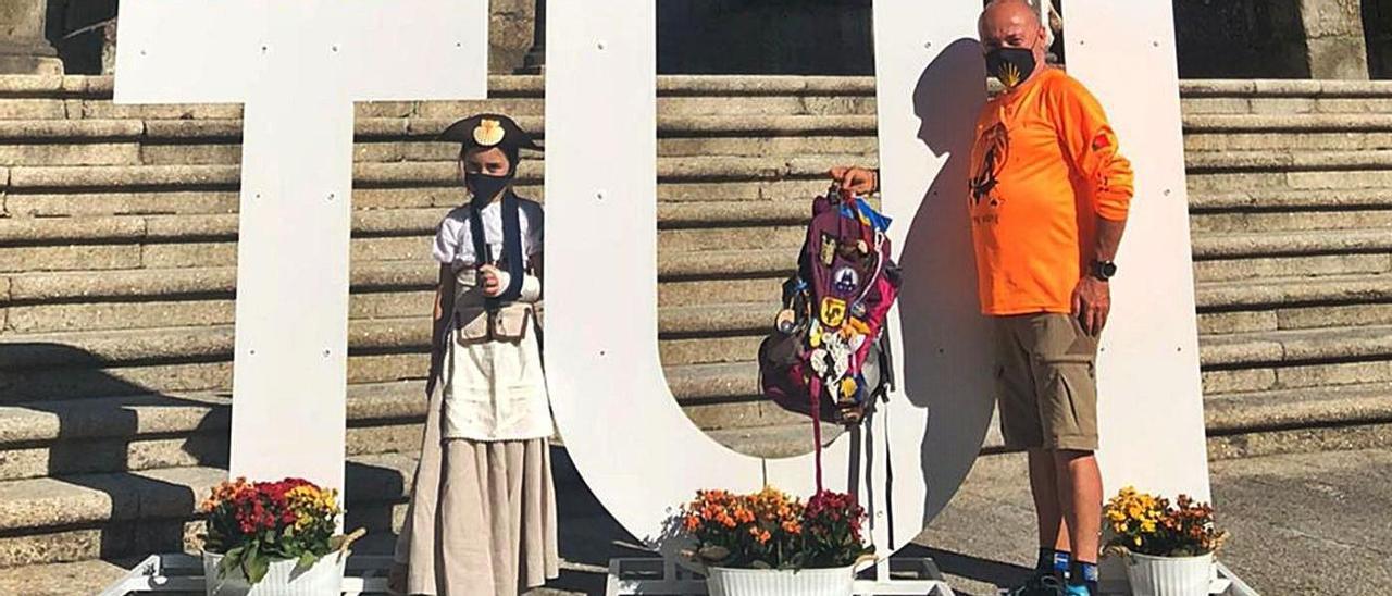 Peregrinos en la catedral de Tui con la mochila que contiene la vela encendida.
