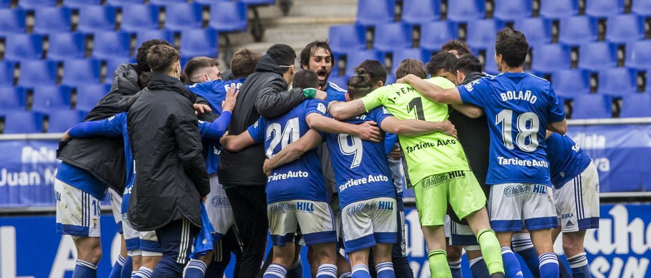 Los jugadores del Oviedo se abrazan tras ganar al Sabadell.