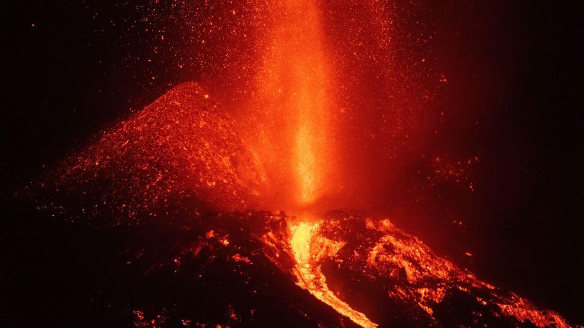 Image of the new La Palma volcano taken this Monday.  |  EFE / Carlos de Saá
