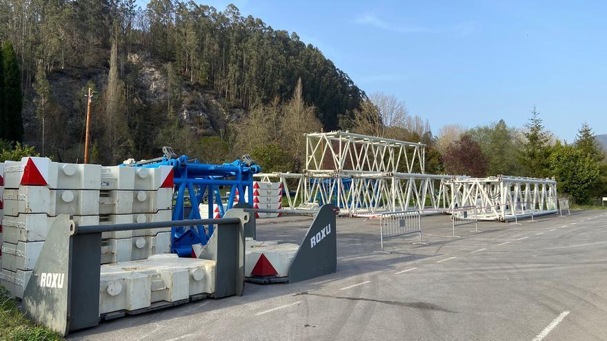 Comienza el montaje de la gran grúa para el puente Quinzanas (Pravia)