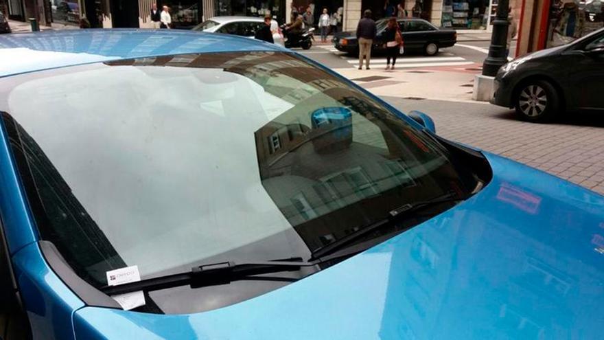 El gesto que mucha gente hace en el coche (sobre todo por las mañana) y que te puede costar 200 euros