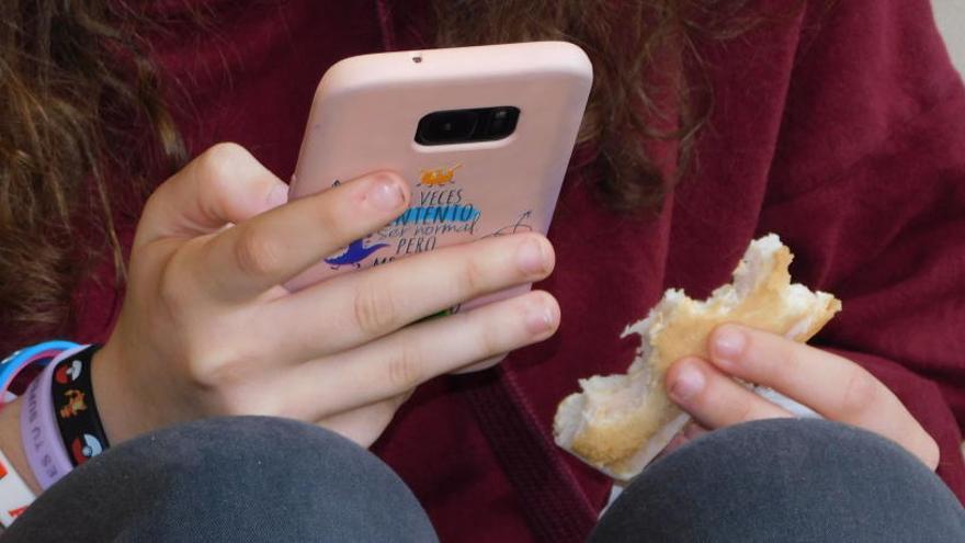 Només un dels sis instituts públics de Manresa prohibeix el mòbil al pati