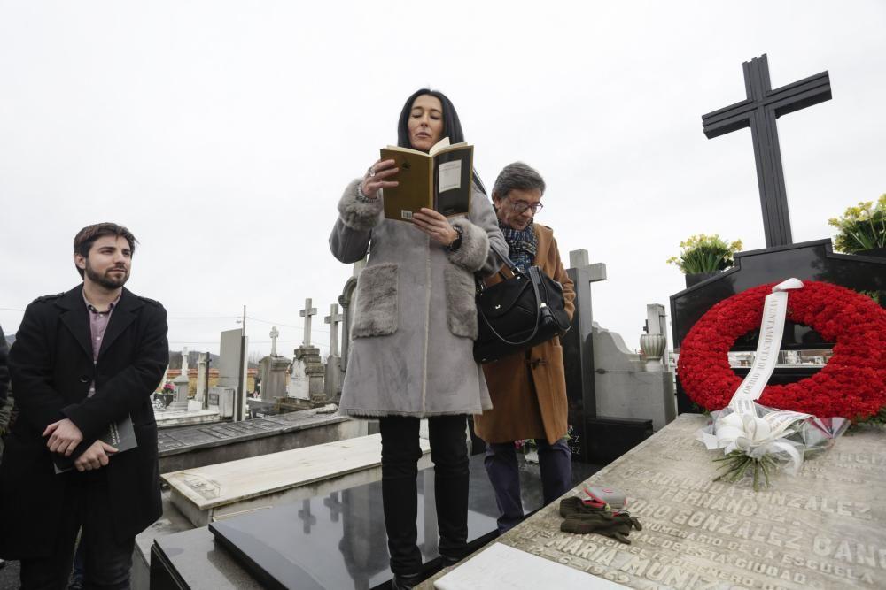 Ofrenda floral en el mausoleo de Ángel González