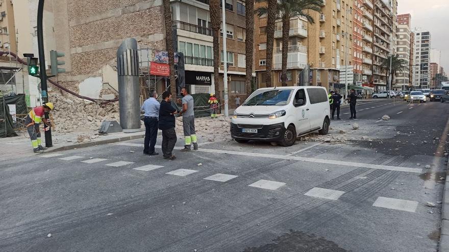Interrumpen el tráfico en la Alameda de Cartagena tras caer varios cascotes de un edificio a la carretera