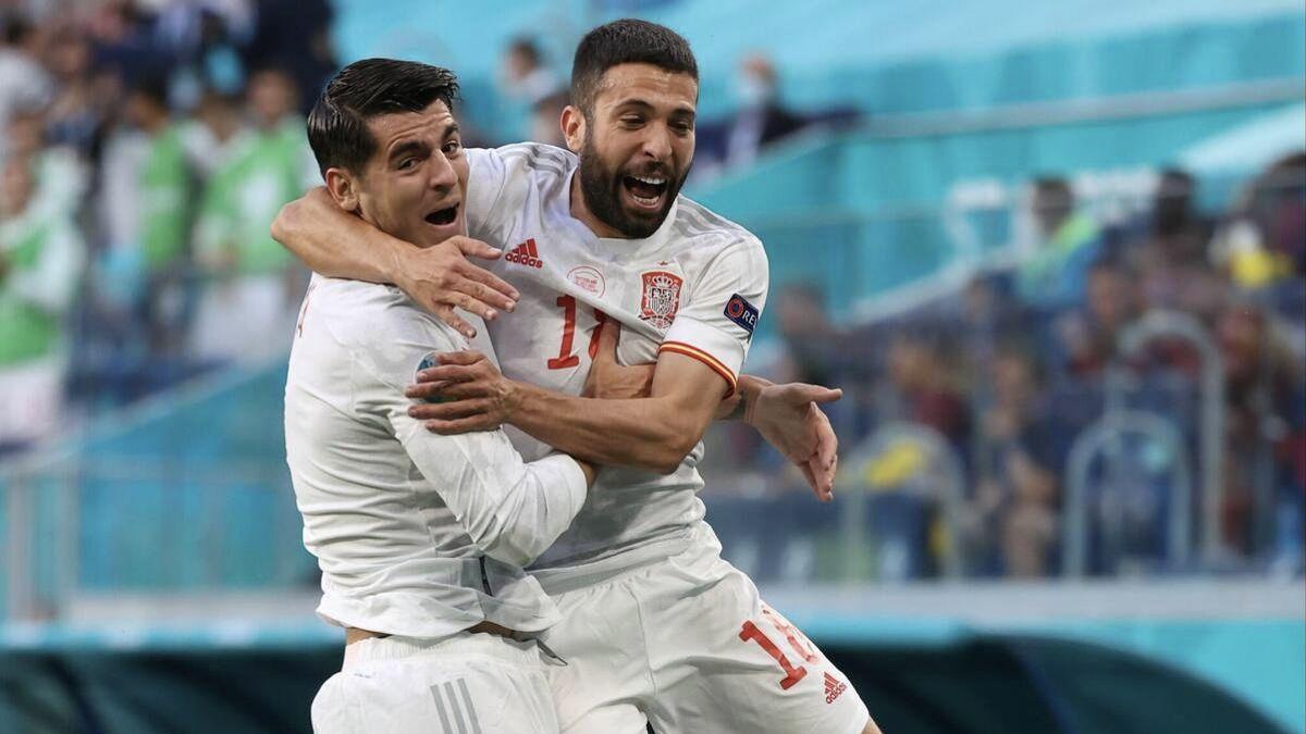 Álvaro Morata y Jordi Alba celebran el primer gol de España