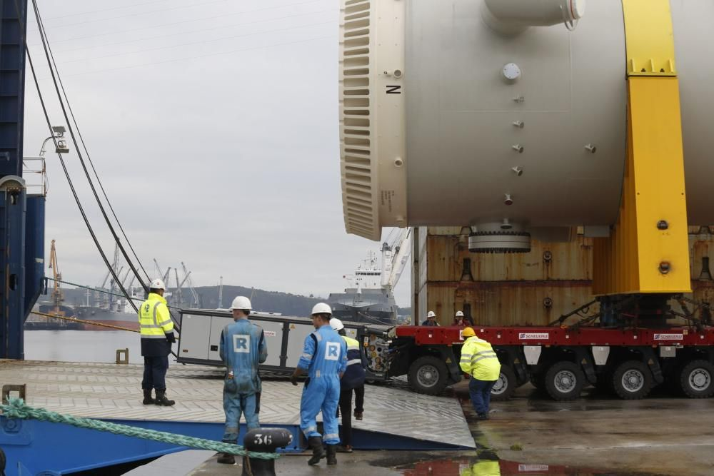 La espectacular carga de un barco corta la navegac