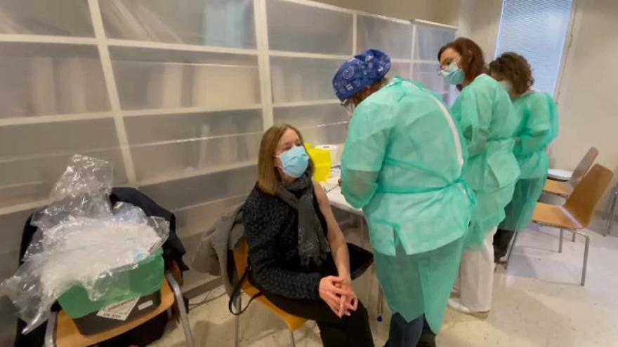 Una auxiliar de Reanimación, la primera sanitaria vacunada en el área de Ourense