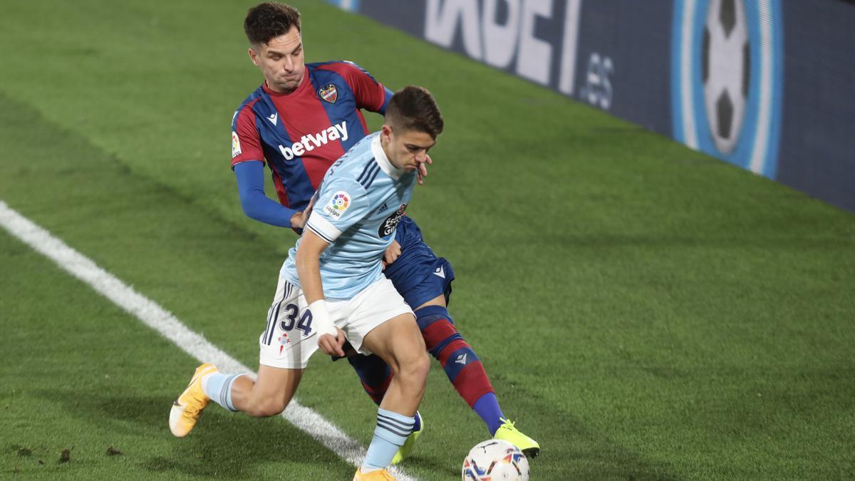 Sergio Carreira conduce la pelota en un partido con el primer equipo frente al Levante