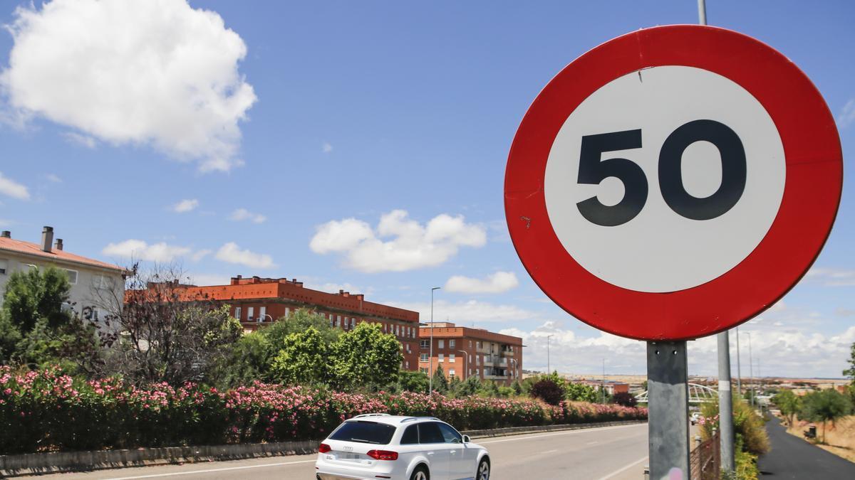 Un vehículo pasa junto a una señal de limitación de velocidad a 50 kilómetros por hora en la ronda norte.