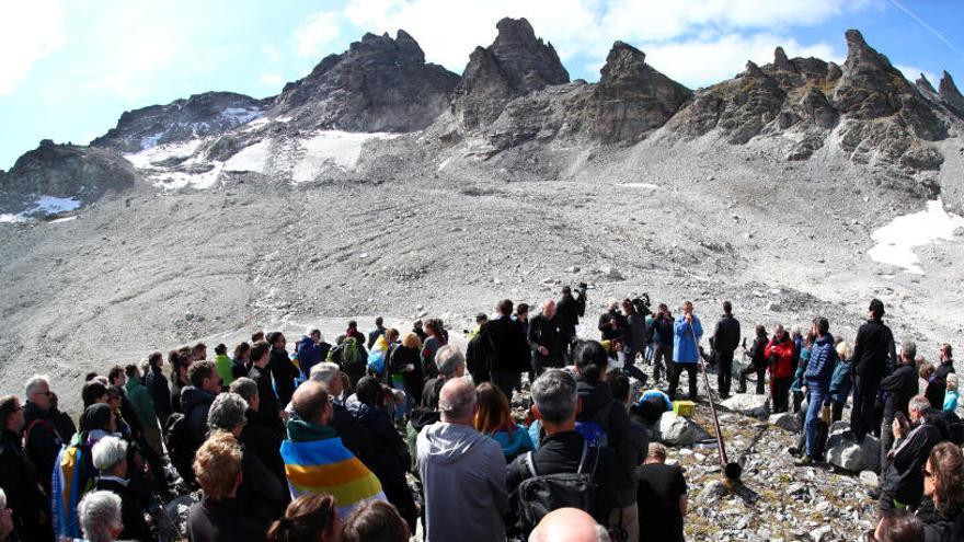 Centenars de persones celebren un «enterrament» per una glacera morta