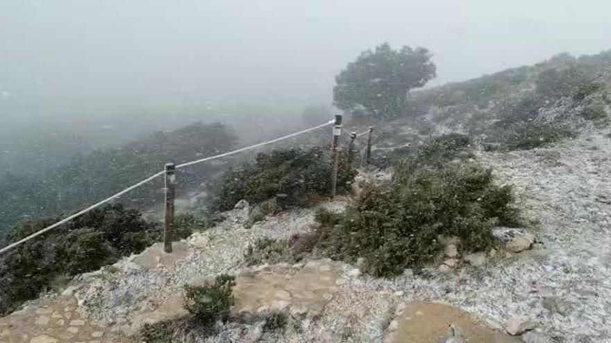 La nieve tiñe de blanco las cumbres del interior de la provincia de Alicante