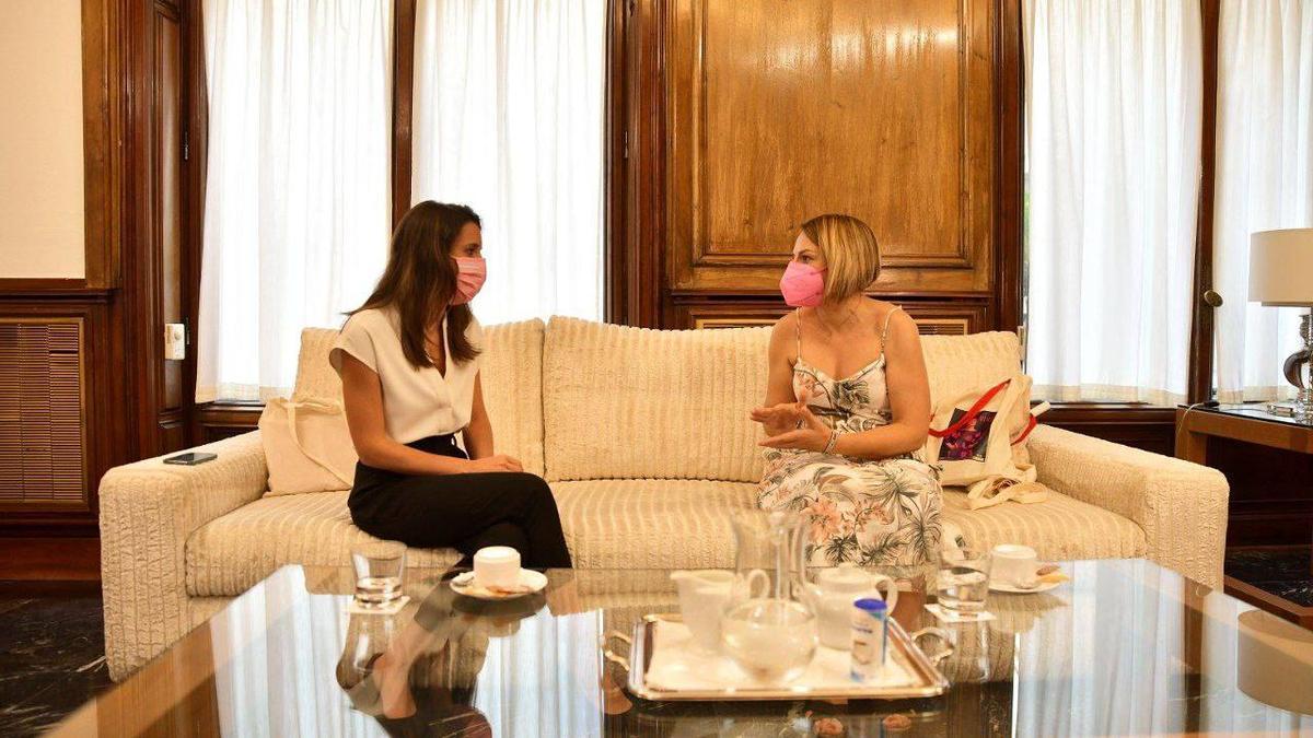 La ministra de Igualdad, Irene Montero, y la consejera de Derechos Sociales, Igualdad, Diversidad y Juventud de la región, Noemí Santana.