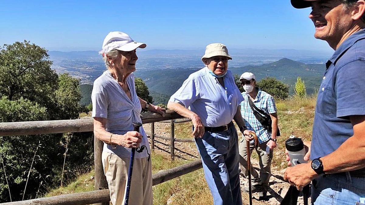 Jordi Pujol durant una excursió al Tagamanent amb Marta Ferrusola i el seu fill Oriol  | ARXIU/ACN