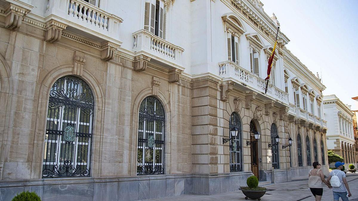 El edificio, ubicado en la plaza Héroes de Cavite, con vistas al Puerto de Cartagena.   IVÁN URQUÍZAR