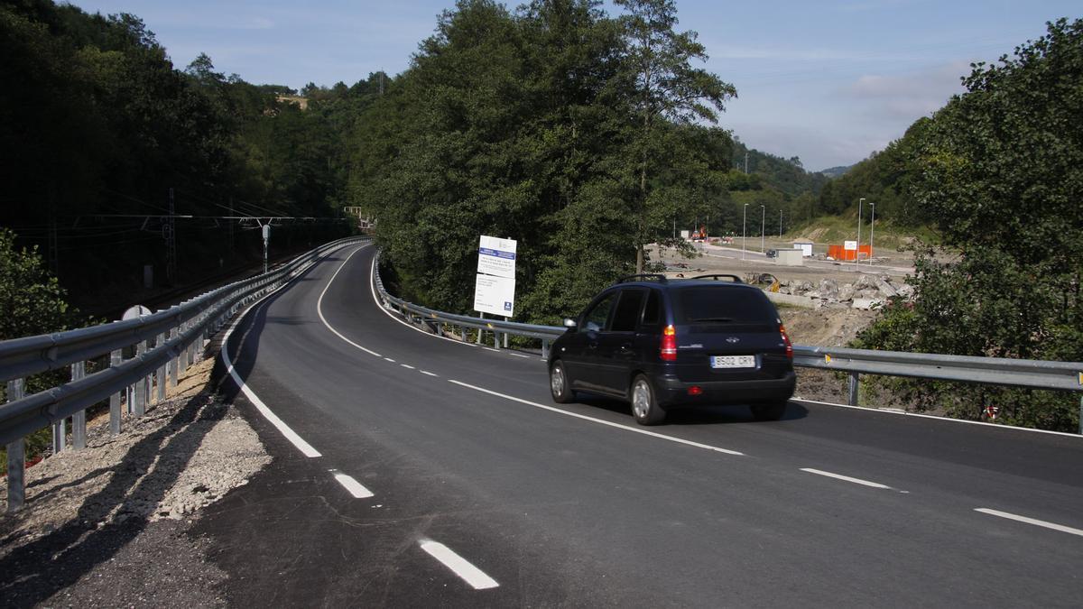 La carretera Vega-Tuilla-Carbayín, donde se produjo el accidente