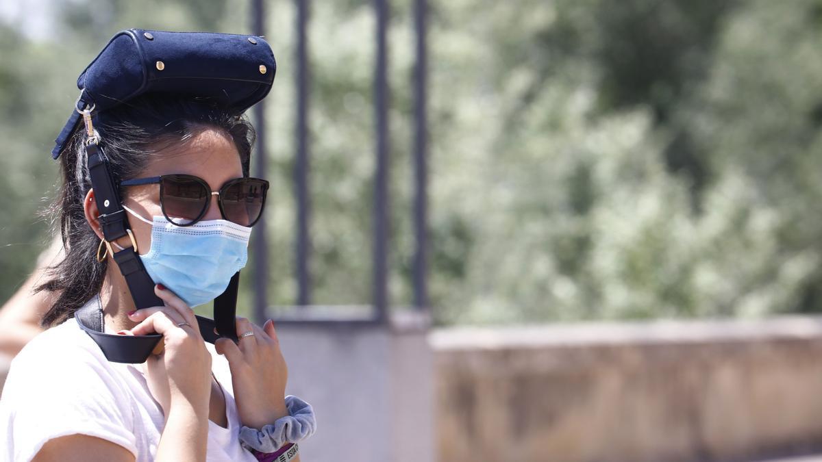 Una mujer se protege del intenso calor.