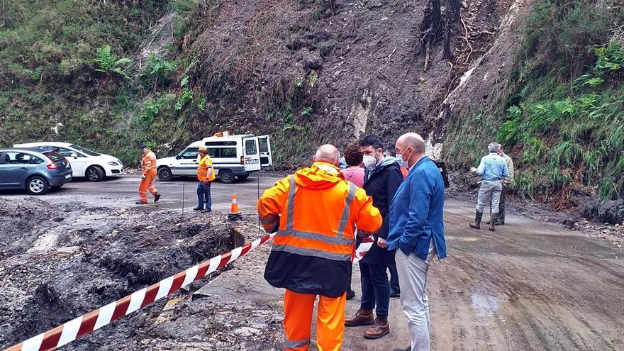 Llanes retira lodo y piedras de pueblos y carreteras tras la gran tromba de agua