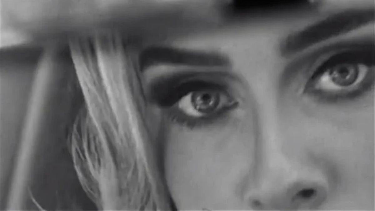 Adele en un fotograma del avance de su nueva canción, 'Easy on me'.
