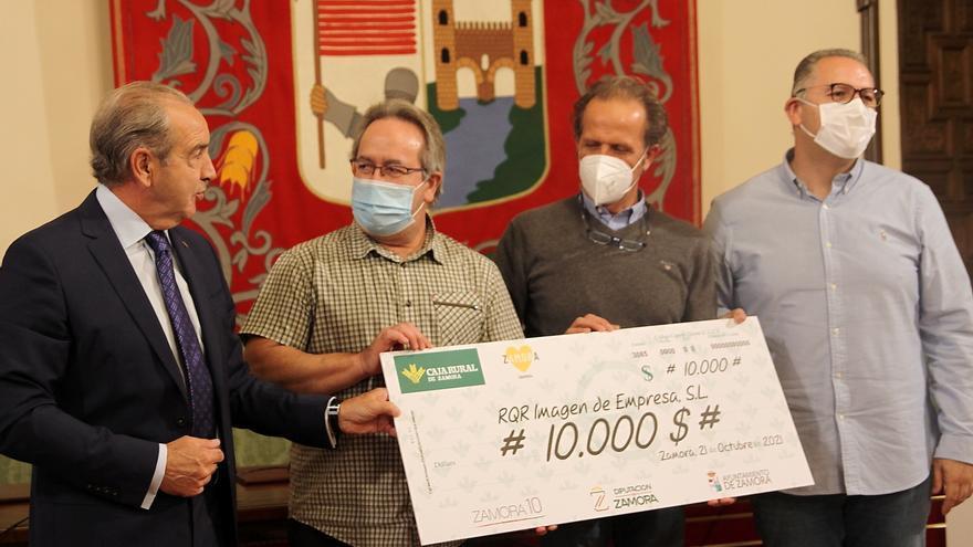 La agencia RQR recibe su premio de 10.000 dólares por la Marca Zamora