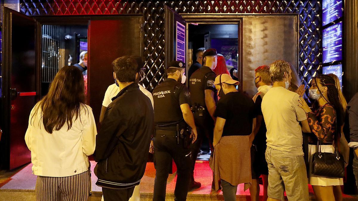 Jóvenes a la entrada de un pub en Ourense.