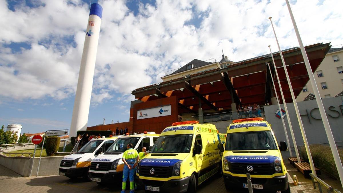 Sigue la última hora del coronavirus en Zamora. En la imagen, ambulancias aparcadas en el Hospital Virgen de la Concha.