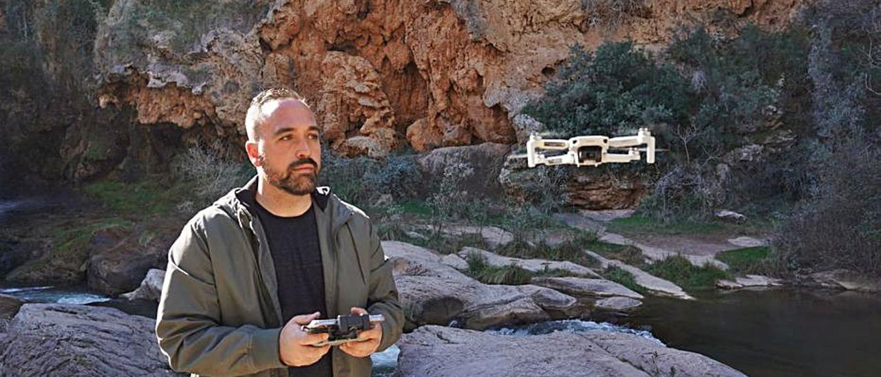 Paco Quiles, volando su dron.   LEVANTE-EMV
