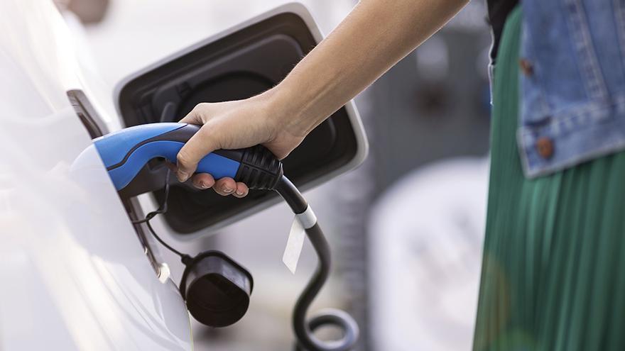 Galicia vende por primera vez más coches híbridos y eléctricos que de gasolina