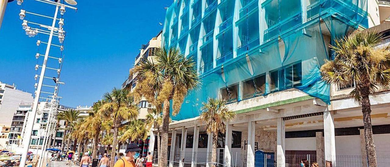 Estado actual del hotel Selomar, ubicado en primera línea de la playa de Levante de Benidorm. DAVID REVENGA