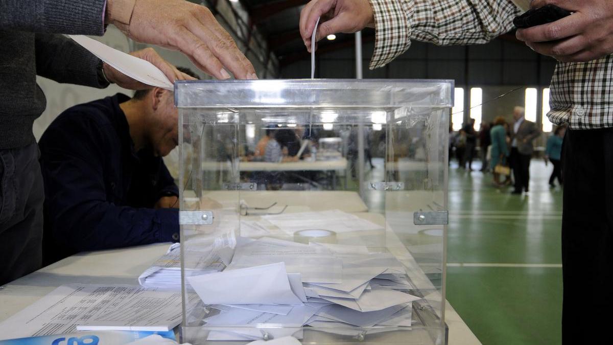 Un hombre deposita su voto en la urna. // Bernabé / Javier Lalín