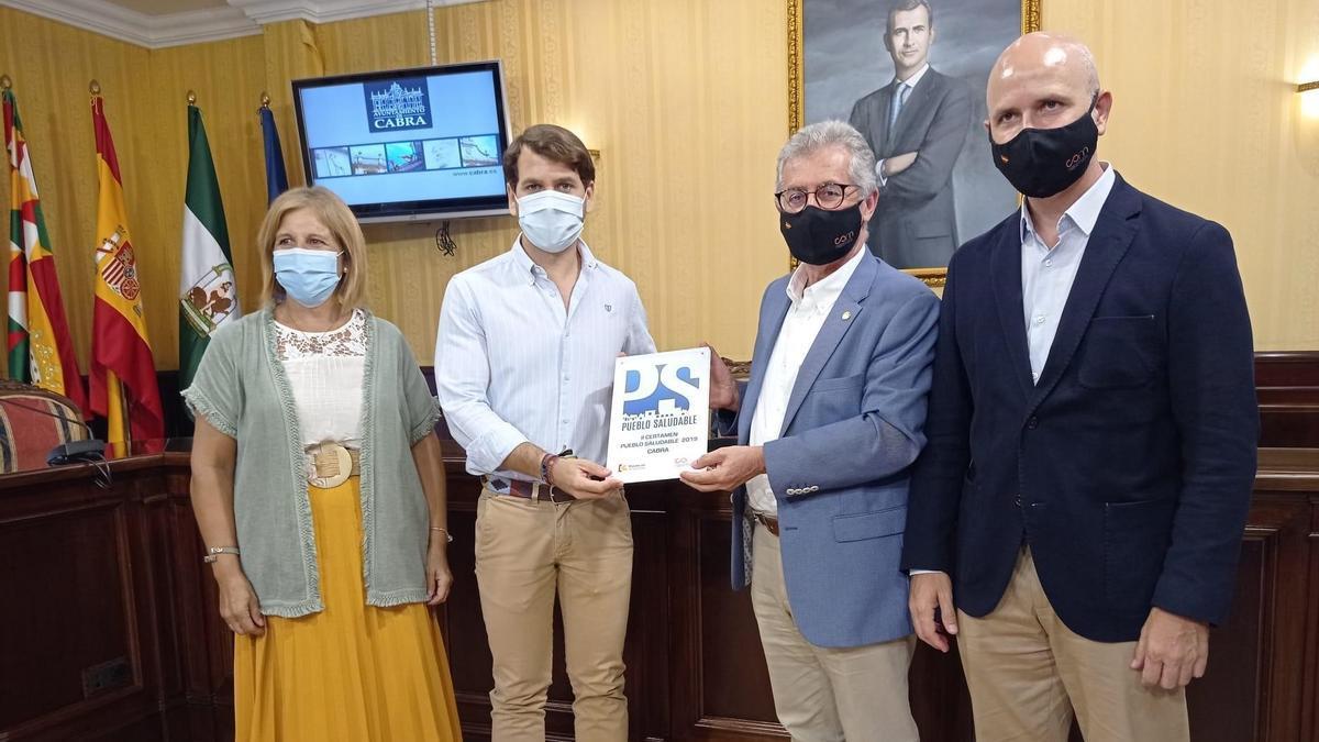 Entrega de la distinción de pueblo saludable al Ayuntamiento de Cabra.