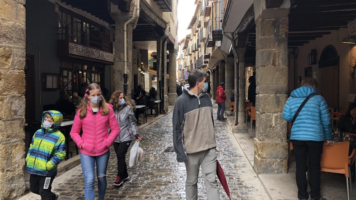 Turistas pasean por Morella