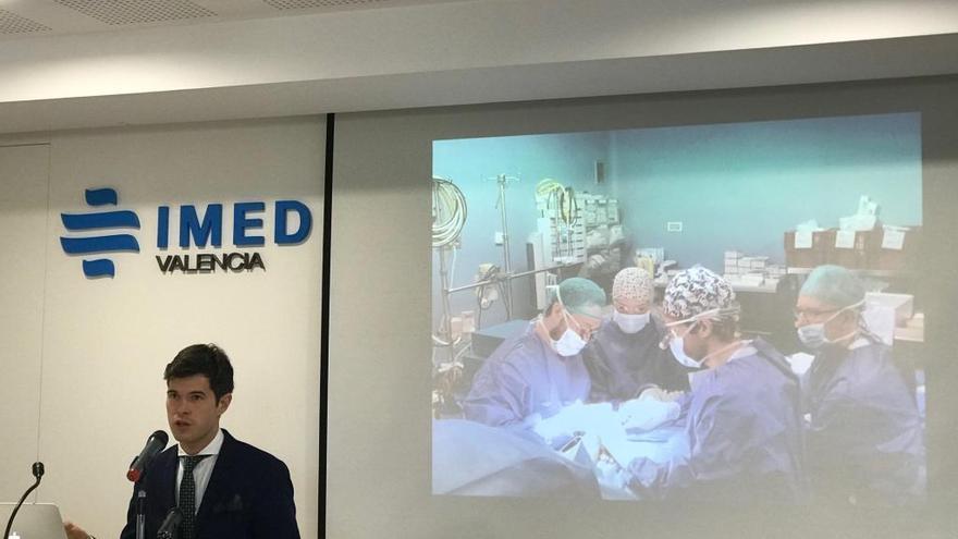 Realizan la primera cirugía de hombre trans completa en una sola operación en València