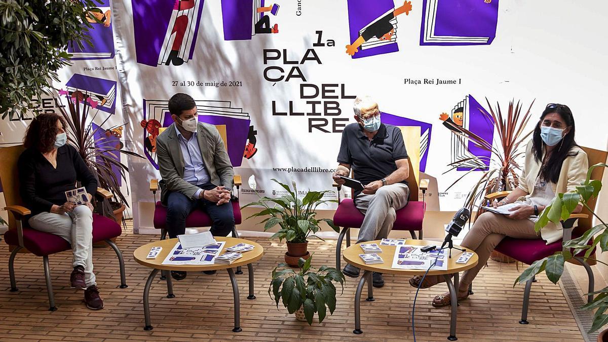 Teresa Pascual, José Manuel Prieto, Jesús Figuerola i Rosa Codoñer, dimarts passat a Gandia, durant la presentació de la Plaça del Llibre.              DANI MONLLOR