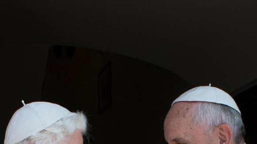 """El celibato enfrenta a """"los dos papas"""""""