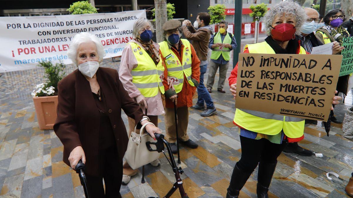 Protesta en Murcia de Marea de Residencias en Alfonso X El Sabio.