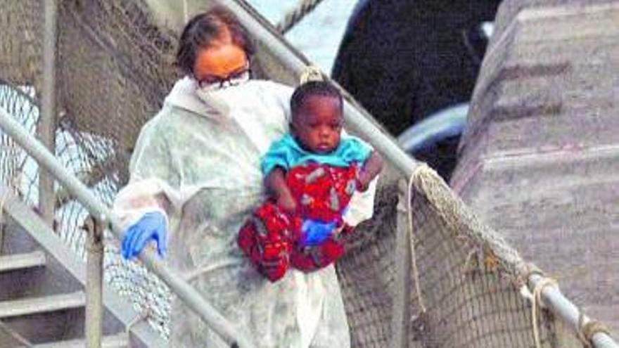 El buque 'Río Segura' llega a los Cristianos tras el rescate de 41 migrantes.