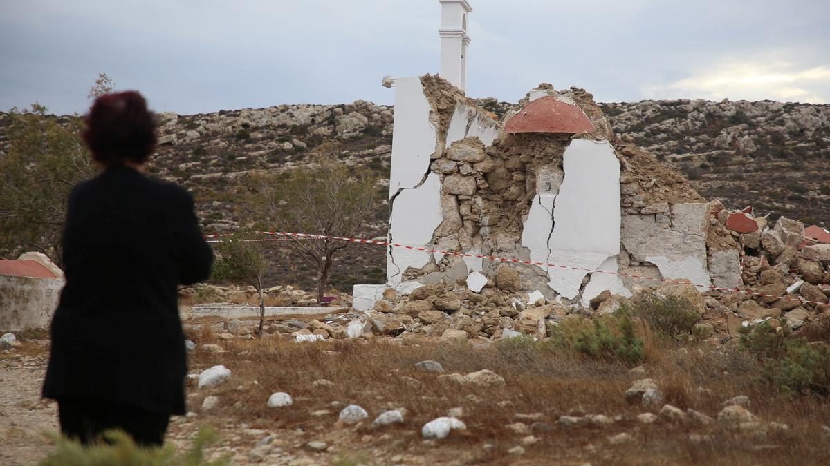 Una persona observa una capilla destruida tras el terremoto en el pueblo de Xerokampos, en la isla de Creta.