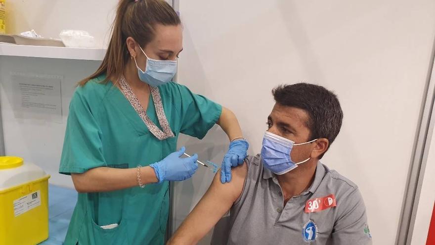 Carlos Mazón recibe la vacuna contra el covid-19 en la Ciudad de la Luz